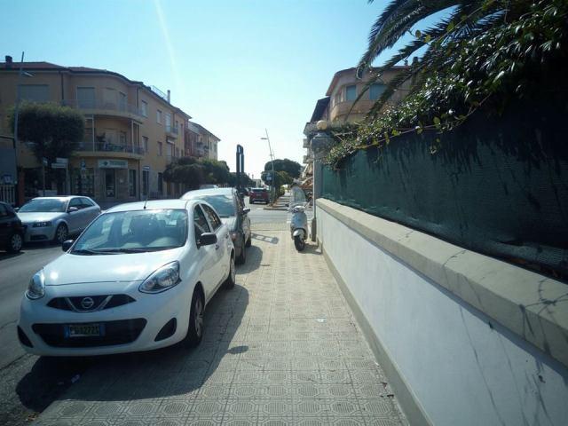 via Papini Lido di Camaiore auto marciapiede