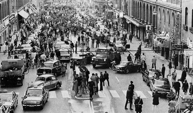 1024px-Kungsgatan_1967 Dagen h Sverige Svezia