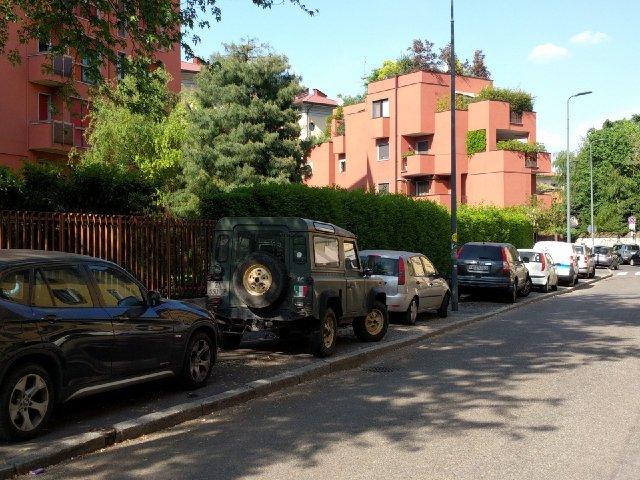 MIlano fila di auto sui marciapiedi