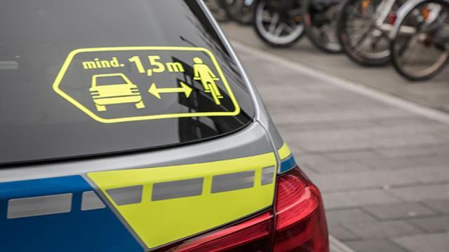 polizia bonn sorpasso auto bici 1.5 metri seitenabstand-etikett-960px