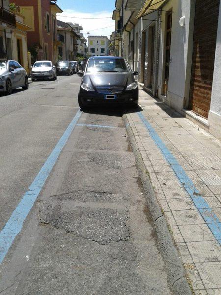parcheggio-su-marciapiede-via-san-tommaso-d-aquino-viareggio