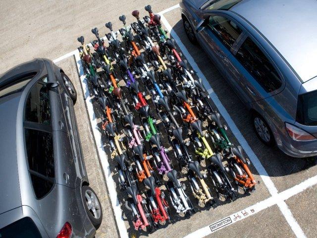 42 biciclette pieghevoli in un posto auto.jpg